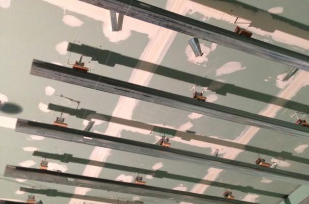 Floating anti-vibration ceiling