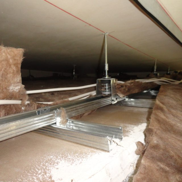Anti-vibration spring hanger for floating ceiling