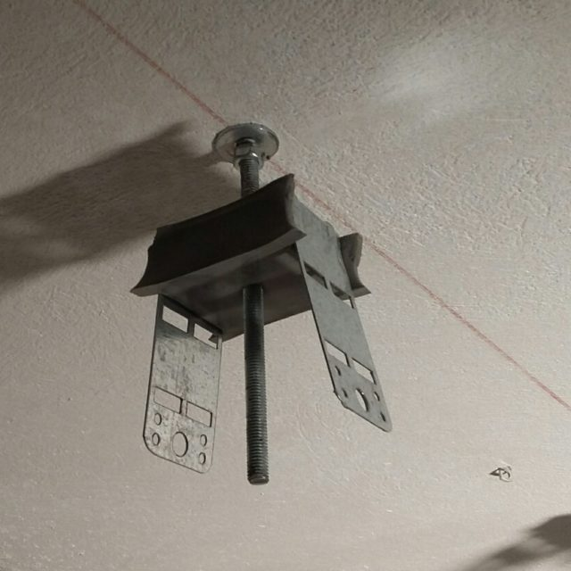 Anti-vibration ceiling hanger