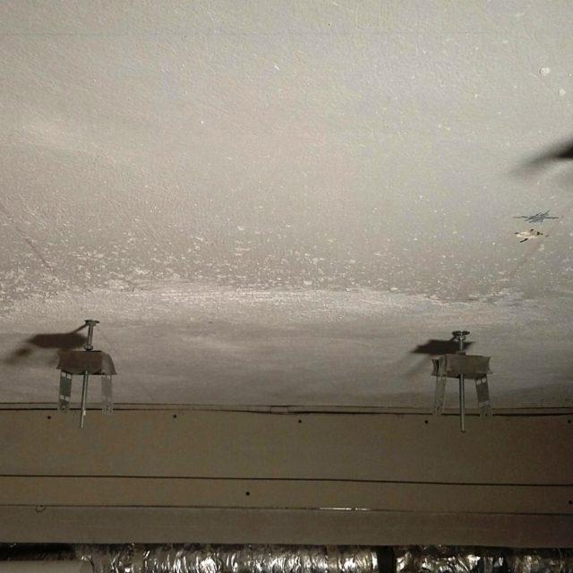 Ceiling hanger for vibration control